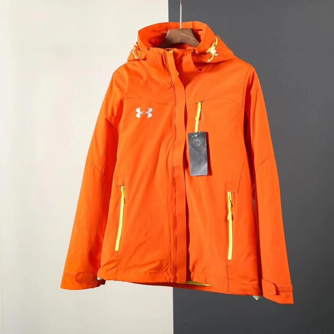 P287 UA安德玛户外情侣款冲锋衣两件套防水透气内胆可拆卸【女款】  在秋冬转季之时,有一件功能性又强的冲锋衣(保暖、防风、防水、透气)绝对是非常必要的冲锋衣正是各位的首选。此款冲锋衣经典耐看不过时,颜色多,给广大顾客有更好的选择性。 原单定制客供科技面料,UA家特制三防面料坑风防水防辐射,并且透气性十分优越,这款外套做工方面也是相当精致,两件套三合一设计,内胆可拆卸。外套采用防风防水处理,内测覆防水透气膜。内胆采用320g双刷双摇摇粒绒,加厚保暖,快速聚热,不褪色不起球。保证了冬季户外运动的舒适性,帽子有独立调节拉扣,衣服下摆底边、位置都有隐藏调节抽拉绳,穿着不拘束,十分得体,️即便是很多同类高端货,都没有处理到这种程度的精致细节,冬季户外滑雪等室外活动,这件衣服能够有效的阻挡雨水和霜雪入侵,不拒潮湿和寒冷,全方位满足负重行走.技术攀登等户外活动的需求,口袋拉链设计,大容量储物,方便安全,衣服简约大气的设计风格不仅极强的功能性,值得入手。 颜色:大红、草绿、黑色、天蓝、玫红、橘色 尺码:S M L XL 2XL 3XL